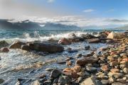 <h5>Lyngenin vuono Norjassa</h5><p>Aallot lyövät Norjassa sijaitsevan Lyngenin vuonon rantaan. Tunnus: img_4172</p>