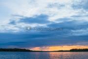 <h5>Auringonlasku merellä</h5><p>Sadepilvet verhoavat auringonlaskua merellä. Tunnus: img_3323</p>