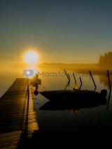 <h5>Kesäaamu</h5><p>Kaunis auringonnousu kesällä. Veneilijät valmistautuvat lähtemään retkelle. Tunnus: img_4915</p>