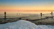 <h5>Kalastusta auringonnousun aikaan</h5><p>Miehet tavoittelevat meritaimenta aamuvarhaisella. Tunnus: img_8325</p>