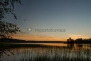 <h5>Aurinko laskee järven ylle</h5><p>Pirkanmaalaisen järven rannalta otettu kuva auringonlaskusta. Tunnus: img_4450</p>