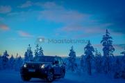 <h5>Lapinmatka</h5><p>Auto tienvarressa parkissa. Talvinen Lapinmatka kaamoksessa. Tunnus: img_5196</p>