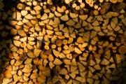 <h5>Halkoja saunan lämmitykseen</h5><p>Koivuklapia odottelemassa saunan lämmitystä. Ilta-aurinko osuu puuliiteriin. Tunnus: img_8622</p>