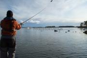 <h5>Mies heittää uistinta</h5><p>Hauenkalastaja tavoittelee suurta haukea heittämällä isoa uistinta. Tunnus: img_5580</p>
