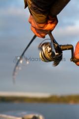 <h5>Mies kalastaa virvelillä</h5><p>Kalamies kelaa virvelin avokelaa. Tunnus: img_4834</p>