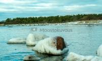 <h5>Jäinen kivi</h5><p>Pakkanen on jäädyttänyt avomeren laidalla olevan kivikkoisen rannan. Tunnus: img_7591</p>