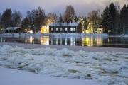 <h5>Joulutupa</h5><p>Jouluaattona Oulunjoen varrella. Joki alkaa jäätymään. Syntyy hyhmää ja kevyitä ahtojäitä. Tunnus: img_5109</p>
