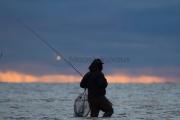 <h5>Kalamies kahlaa</h5><p>Mies kahlaa meressä etsien uutta kala-apajaa. Tunnus: img_7348</p>