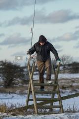 <h5>Kalamies ylittää lammasaidan</h5><p>Retkeilevä kalamies kulkee rantoja myöten ja ylittää lampaille tarkoitetun aidan. Tunnus: img_7389</p>