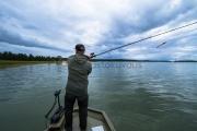<h5>Mies kalastaa</h5><p>Kalamies on heittämässä uistinta syksyisessä säässä saaristossa. Tunnus: img_4456</p>