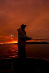 <h5>Kalastus iltahämärissä</h5><p>Mies kalastaa iltahämärissä. Tunnus: img_6080</p>