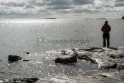 <h5>Kalastusta rantakalliolla</h5><p>Tämä maisema on kuvattu Lauttasaaren rannalta. Tunnus: img_1067</p>