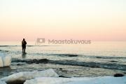 <h5>Mies kalastaa rannalla</h5><p>Arktista kalastusta Itämerellä.  Kalamies tavoittelee saalista aamun tunteina. Tunnus: img_8323</p>