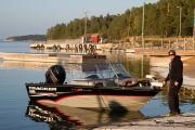 <h5>Kalastusvene</h5><p>Mies on laskenut veneen vesille ja on lähdössä kalastamaan. Tunnus: img_3927</p>