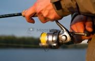 <h5>Mies kalastaa</h5><p>Mies kelaa virvelin avokelaa. Tunnus: img_4871</p>