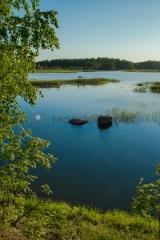 <h5>Kesäinen merimaisema</h5><p>Porvoon ja Loviisan välinen saaristo. Mies laskee soutuveneellä verkkoja ja lämmin tuuli puhaltelee. Tunnus: img_2188</p>