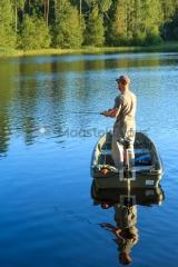 <h5>Mies kalastaa pikkulammella</h5><p>Lampi Etelä-Suomessa. Mies yrittää saada hauen. Tunnus: img_0763</p>