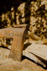 <h5>Kirveen terä</h5><p>Vanhalla kirveellä on hakattu saunapuita. Tunnus: img_3194</p>