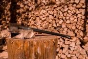 <h5>Kirves ja halkoja</h5><p>Sauna odottaa lämmittäjäänsä. Halot on jo hakattu. Tunnus: img3136</p>