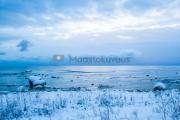 <h5>Luminen ranta</h5><p>Ensilumi on satanut merenrannalle. Aamu oli kylmä.</p>