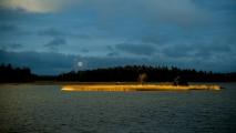 <h5>Luoto</h5><p>Ilta-aurinko valaisee pilvien välistä luodon myöhään syksyllä. Tunnus: img_4877</p>