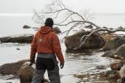 <h5>Mies kävelee merenrannalla</h5><p>Mies etsii sopivaa kalastuspaikkaa merenrannalta. Tunnus: img_1092</p>