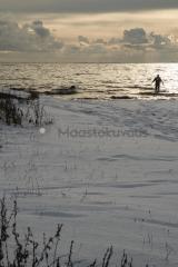 <h5>Talvinen meri</h5><p>Mies on saanut saaliiksi taimenen ja menee pudistamaan sitä mereen perkauksen jälkeen. Tunnus: img_7485</p>