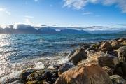 <h5>Meri tyrkyy Lyngenin vuonossa</h5><p>Norjan Lyngenin vuono tuulisena kesäpäivänä. Tunnus: img_4052</p>