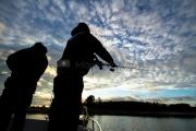 <h5>Miehet kalastavat</h5><p>Siluetti miehistä, jotka heittokalastavat. Tunnus: img_6434</p>