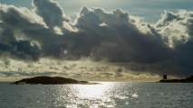 <h5>Myrsky tulossa merelle</h5><p>Tummat pilvet peittävät kohta auringon. Tuuli yltyy ja alkaa satamaan. Porvoon saaristo. Tunnus: img_7053</p>
