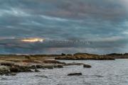 <h5>Myrskyisä saaristo</h5><p>Aallot lyövät rantaan. Kova tuuli vihmoo ja kohta alkaa satamaan. Turun saaristoa. Tunnus: img_4958</p>