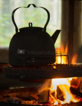 <h5>Nokipannu tulilla</h5><p>Suomalainen retkeilijä valmistaa kahvinsa nokipannussa avotulella. Tunnus: img_1071</p>