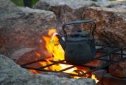 <h5>Nokipannu</h5><p>Vesi keitetään nokipannussa kiehuvaksi ja sen jälkeen lisätään pannukahvi pannuun. Tunnus: img_2242</p>