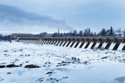 <h5>Oulunjoen pato</h5><p>Oulujoen suulla sijaitsee iso patoalue. Kuva on joulukuussa otettu. Tunnus: img_5166</p>