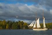 <h5>Perinnepurjelaiva</h5><p>Vanha perinnelaiva purjehtii Inkoon saaristossa lokakuussa. Tunnus: img_5696</p>