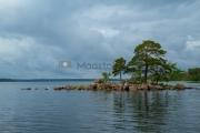 <h5>Pilvinen meri</h5><p>Pieni kivikkoinen saari pistää esiin tyynen ja pilvisen merimaiseman keskeltä. Rauhallinen tunnelma. Linnut uiskentelivat kiireettöminä. Tunnus: img_2579</p>