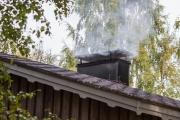 <h5>Savupiipu ja savu</h5><p>Sauna lämpenee kesäisenä päivänä. Tunnus: img_4674</p>