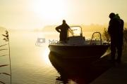<h5>Sumuinen aamu</h5><p>Miehet valmistautuvat kalastusretkeen. Tunnus: img_5955</p>