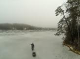 <h5>Syysjäillä</h5><p>Mies on menossa kalastamaan syksyin ensimmäisillä jäillä. Tunnus: go032900</p>