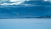 <h5>Erämaan järvimaisema</h5><p>Pohjois-suomalainen järvimaisema talvella kaamoksen aikaan. Tunnus: img_5289</p>