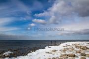 <h5>Talvinen merenranta</h5><p>Miehet kalastavat meritaimenta maaliskuussa jäättömän Itämeren rannalla. Tunnus: img_8173</p>