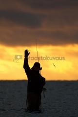 <h5>Kalamies tervehtii</h5><p>Kalamies on löytänyt kalapaikan ja vinkkaa tervehdykseksi, että tulkaa tänne - täällä on kaloja! Tunnus: img_7244</p>