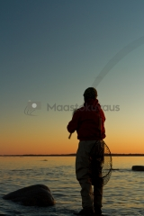 <h5>Uistimen heittäminen ilta-auringossa</h5><p>Aurinko on juuri laskenut ja kalamies heittää kalastuspäivän viimeisiä heittoja. Tunnus: img_8309</p>