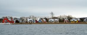 <h5>Pakkaspäivä merellä</h5><p>Pieni kylä värikkäitä taloja. Kuva otettu pakkaspäivänä mereltä. Kuva Saksasta. Tunnus: img_5652</p>