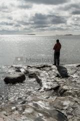 <h5>Kalastaja vastavalossa</h5><p>Kalamies tavoittelee jalokalaa Lauttasaaren kallioilta. Tunnus: img_1066</p>