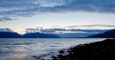 <h5>Ilta vuonon rannalla</h5><p>Aurinko on laskenut ja maisema on vaihtumassa siniseen hetkeen. Tunnus: img_4266</p>